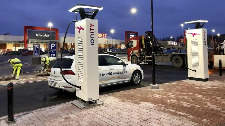 Useat autonvalmistajat ovat valinneet Eltelin sähköautojen latausratkaisun kumppaniksi