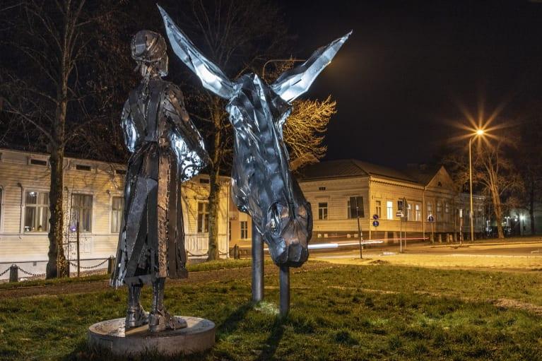 Lotta-patsas Hämeenlinnassa.