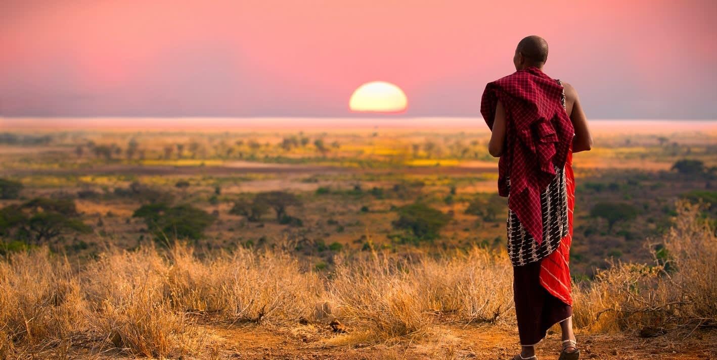 Ein Massai beobachtet den Sonnenuntergang