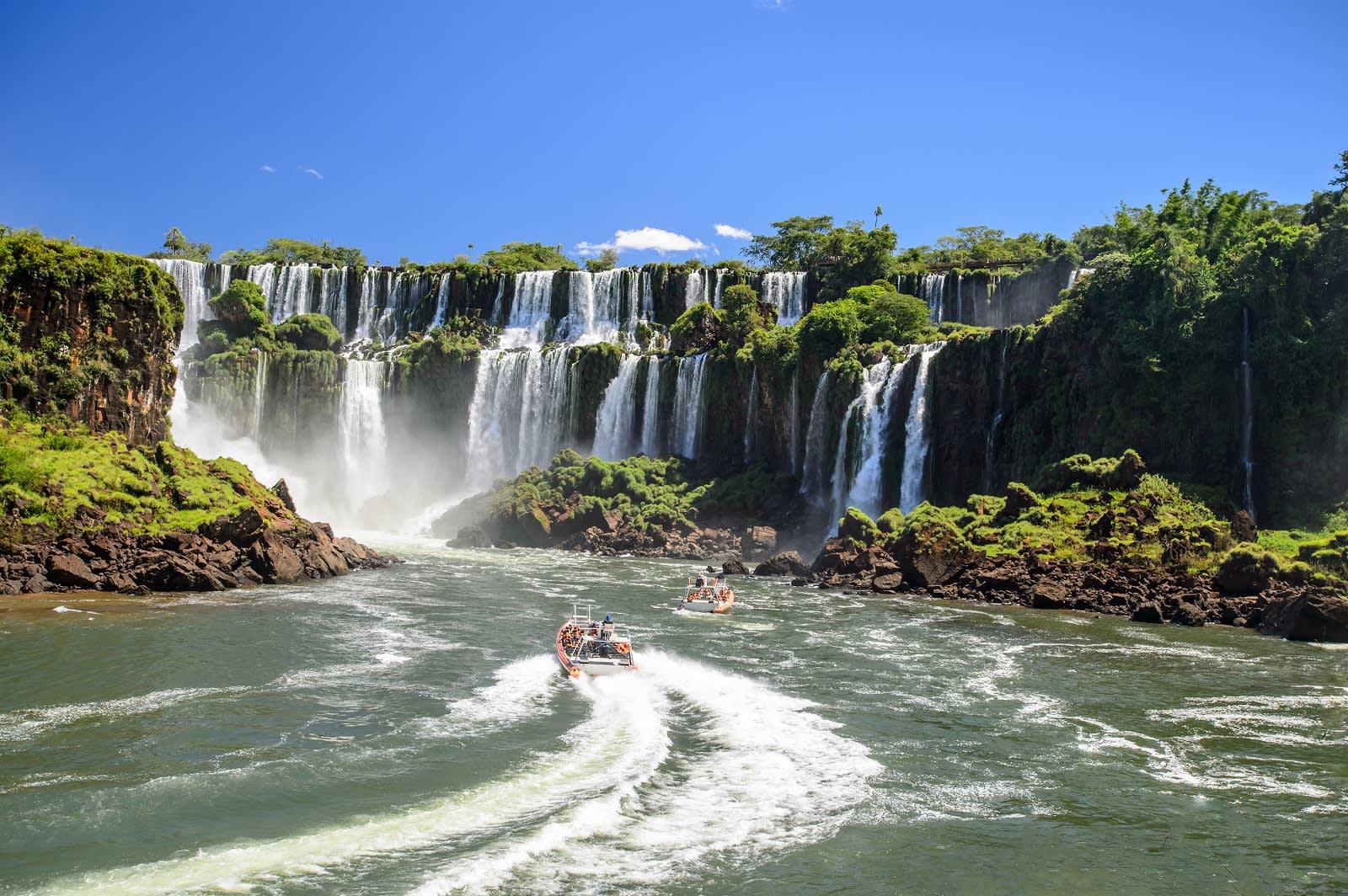 Schlauchboote vor den Iguazu Fällen in Argentinien
