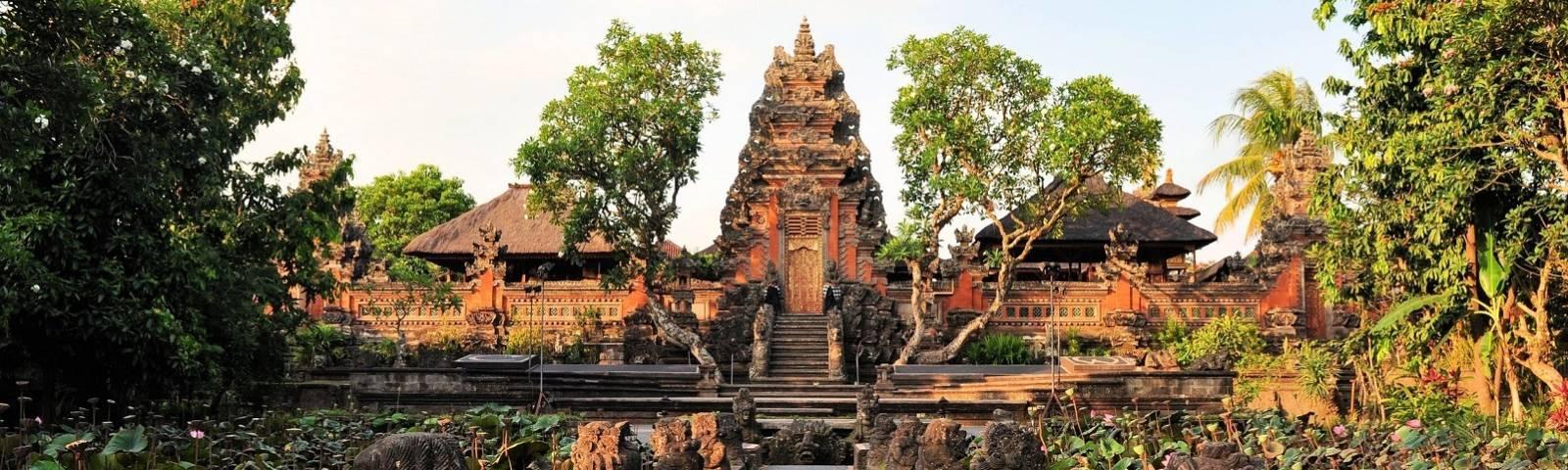 Idyllische Außenansicht des Pura Saraswati Tempels auf Bali, Indonesien