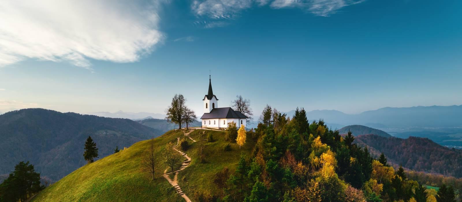 St. Jakobs Hügel bei den Polhov Gradec Bergen bei bestem Wetter