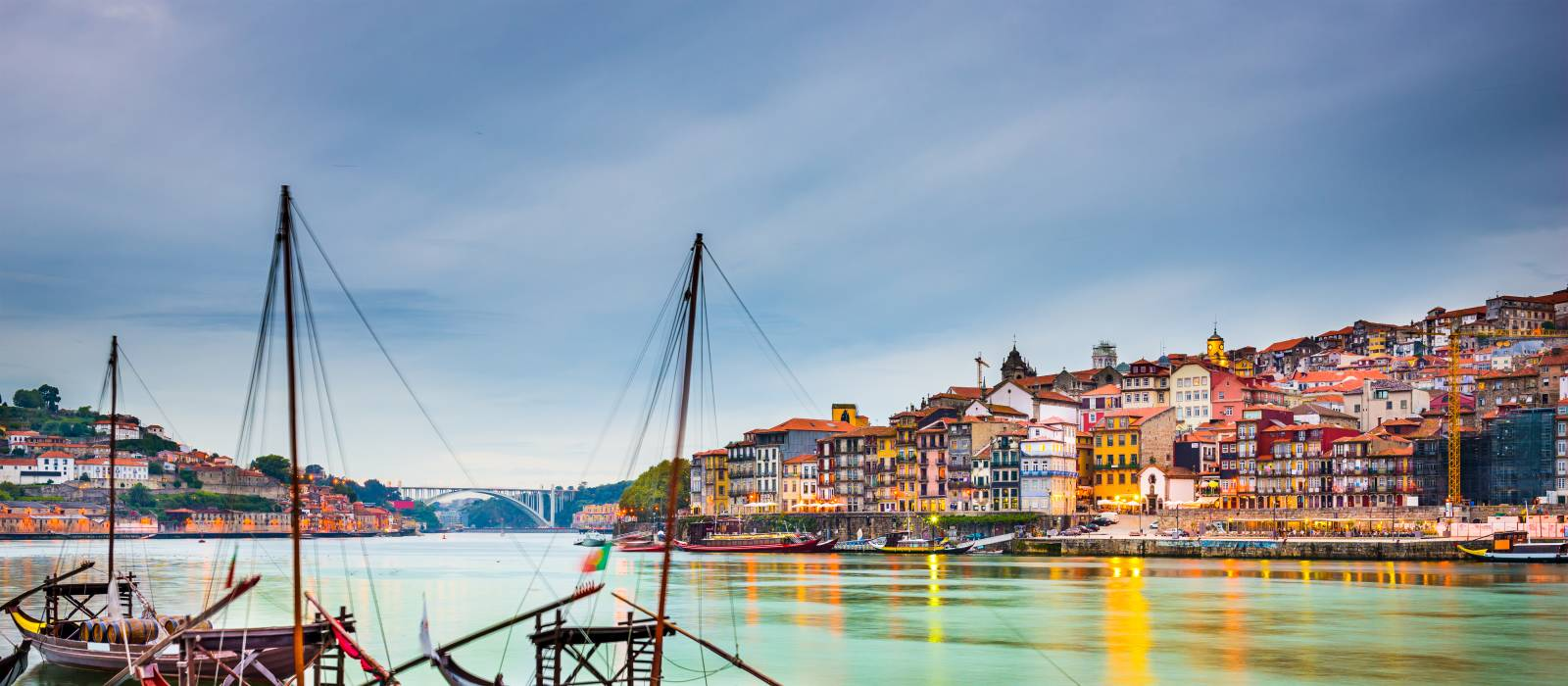 Stadtansicht von Porto am Douro-Fluss mit traditionellen Rabelo-Booten, Portugal Urlaub