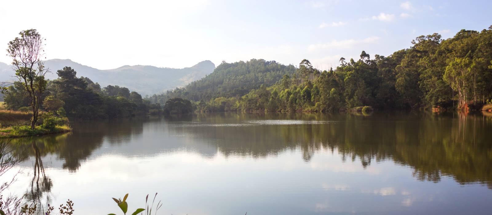 Mlilwane Wildlife Sanctuary und sein See in der Nähe von Bäumen bei Sonnenuntergang in Swasiland, Afrika.