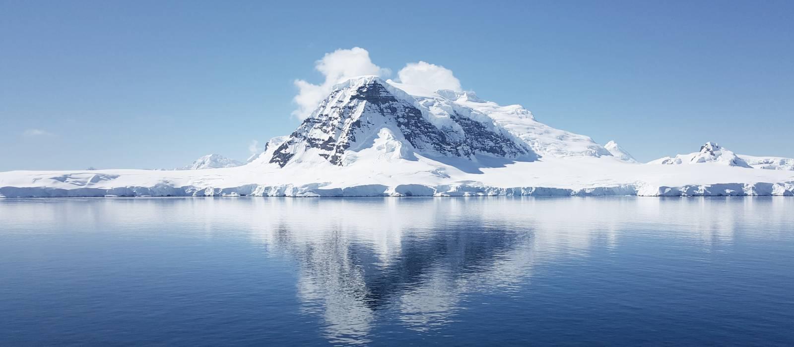 Antarktis-Gletscher an einem sonnigen Tag