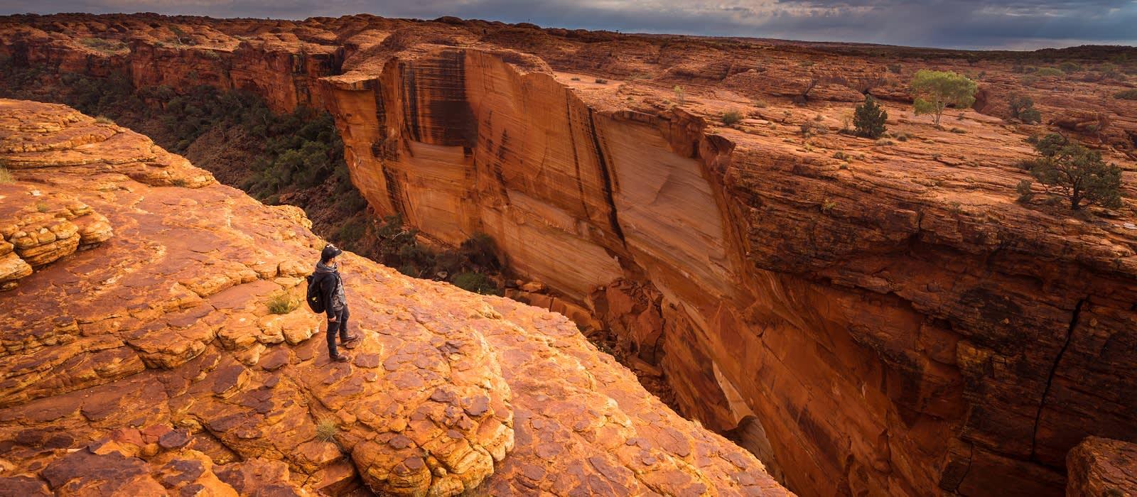 Reisender am Abgrund vom Kings Canyon im Northern Territory, Australien