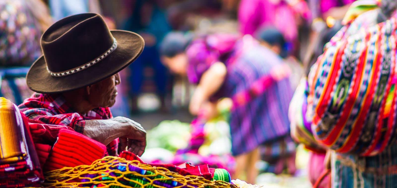 Frau in traditioneller Kleidung auf einem Markt in Guatemala