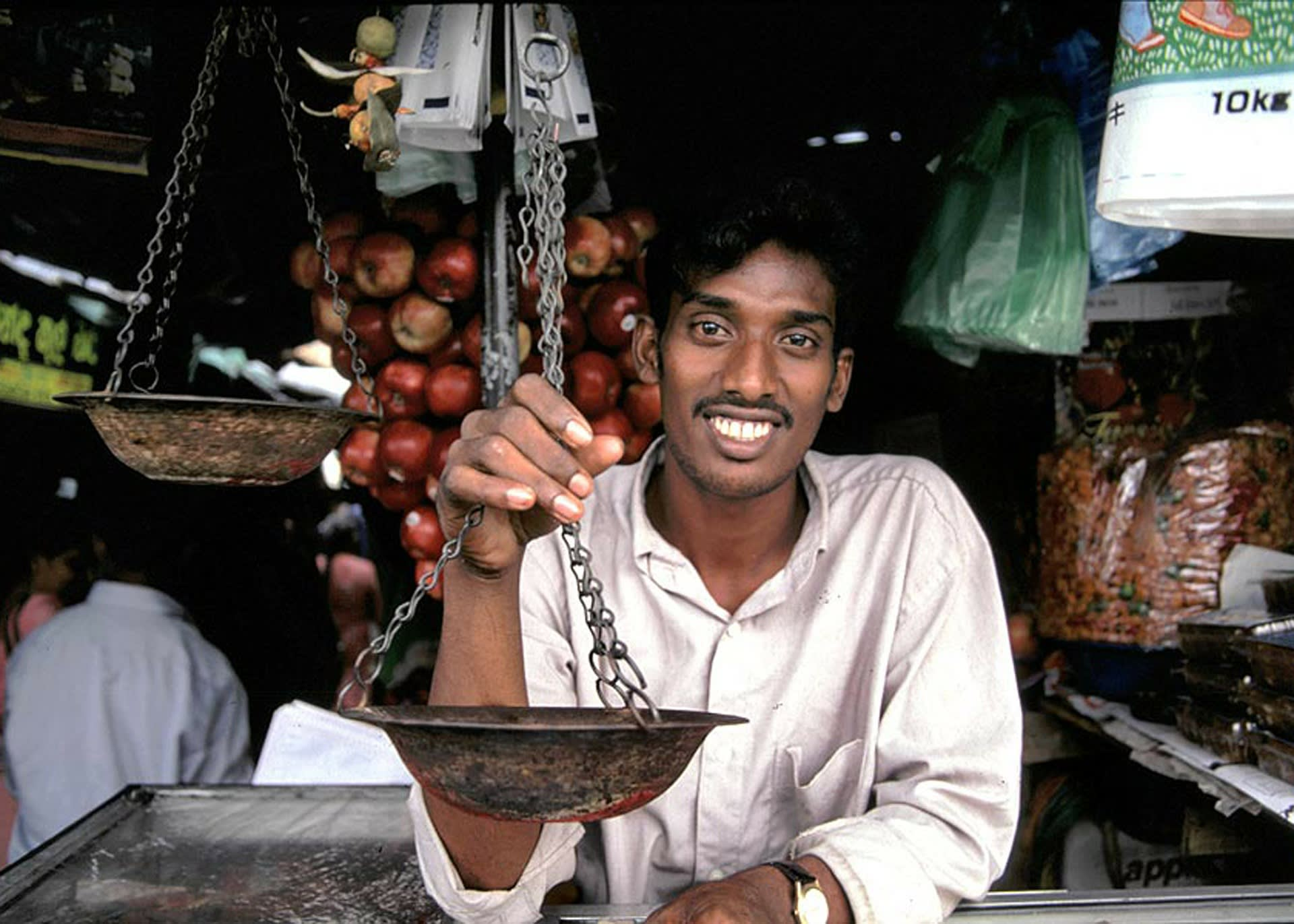 Verkäufer an einem Marktstand in Sri Lanka
