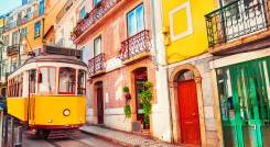 Gelbe Oldtimer-Straßenbahn in Lissabon, Portugal Reisen