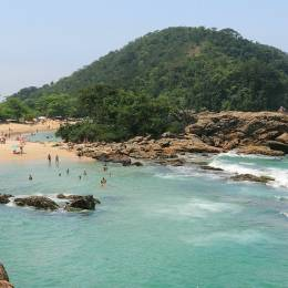 Strand mit Badegästen in Brasilien