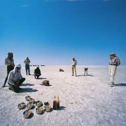 Reisende bei den Kalahari-Salzpfannen in Botswana