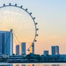 Riesenrad vor der Skyline von Singapur