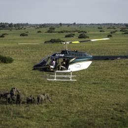 Helikopter überfliegt das Okavango Delta in Botswana