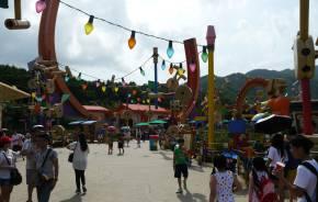 Urlauber auf mit Lichterketten geschmücktem Weg des Hongkong Disneylands