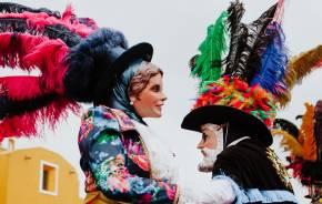 Mit Masken verkleidete Huehues-Tänzer beim Karneval in Mexiko