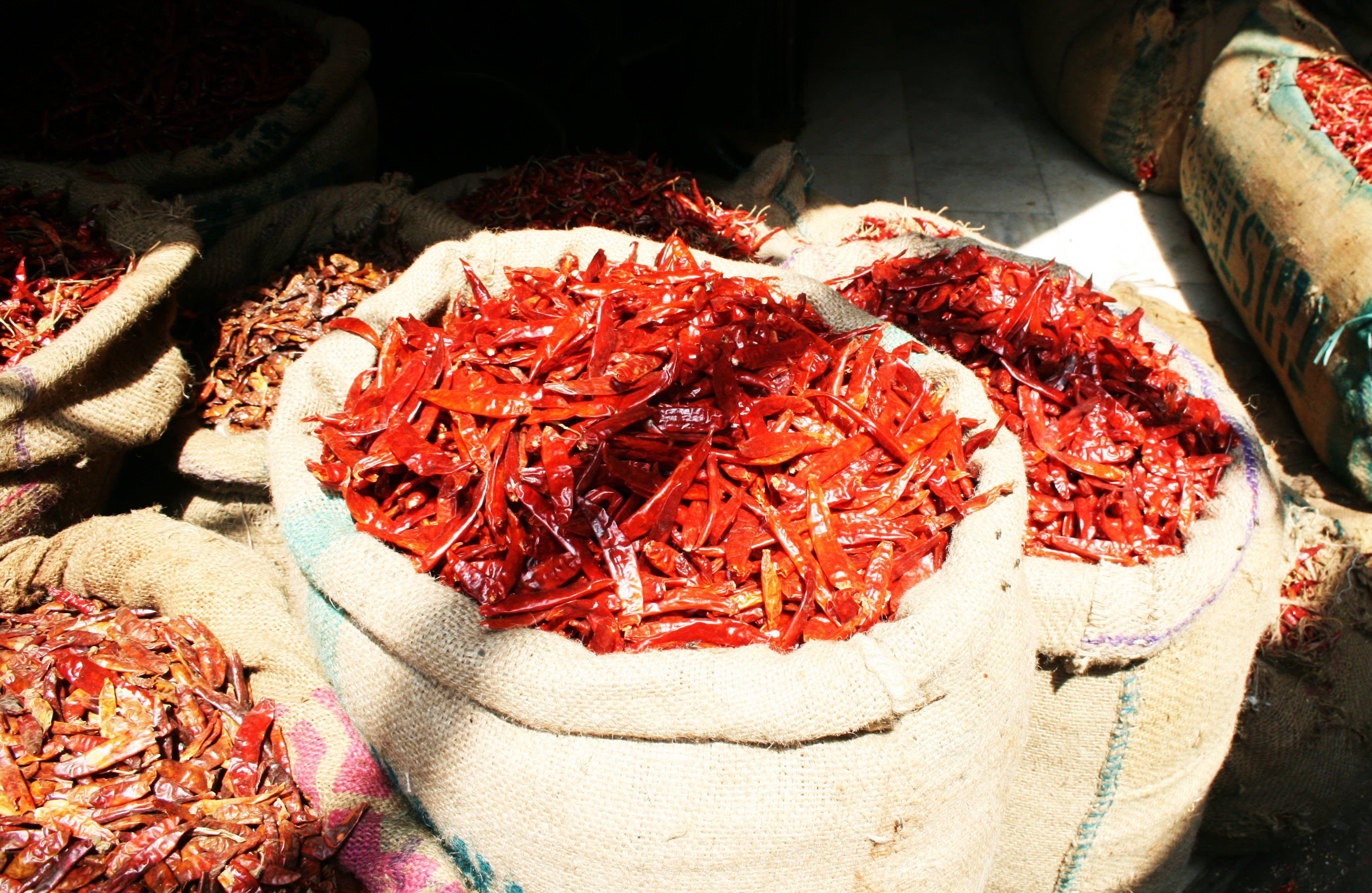 Chilis auf einem Markt in Old Delhi