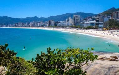 Strand von Rio de Janeiro mit türkisblauem Wasser und Gebirge