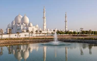 Sheikh Zayed Moschee im Mittleren Osten Vereinigte Arabische Emirate mit Spiegelung über Wasser. Abu Dhabi