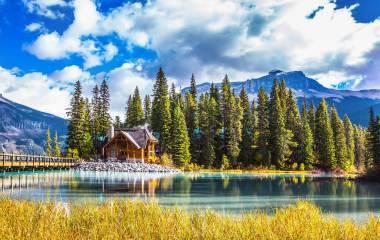 Kanada Reisen - Brücke über den Emerald Lake, Campingplatz und Wald, Yoho-Nationalpark, Kanada