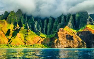 Na Pali Küste, Kauai, Hawaii Urlaun, Blick vom Meer aus auf die Landschaft