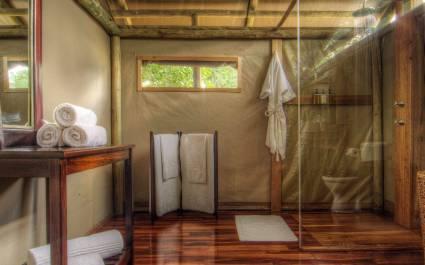Badezimmer im Safari-Zelt im Shinde Camp in Okavango Delta, Botswana