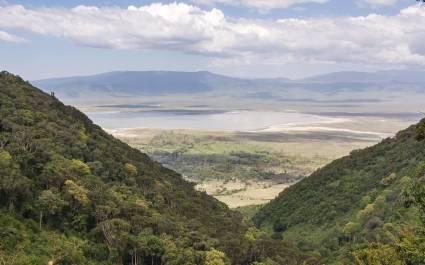 Panorama über endloses Tal am Ngorongoro-Krater im Großer Afrikanischen Grabenbruch, Tansania