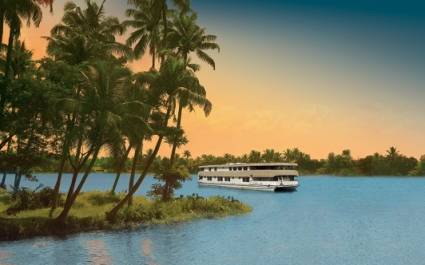 Außenansicht des Hausboots Oberoi Vrinda in den palmengesäumten Backwaters von Kerala, Indien