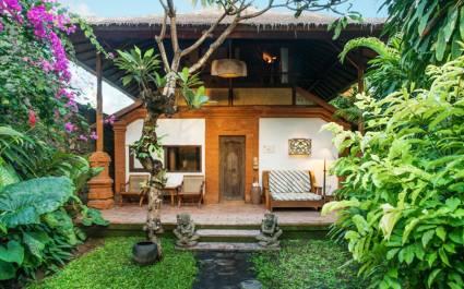 Private Terrasse eines Bungalows im The Tandjung Sari Hotel, Sanur, Indonesien