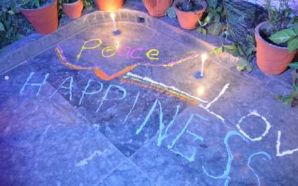Glückwünsche auf dem Boden beim Diwali-Fest der Lichter in Indien