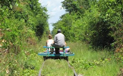 Menschen fahren auf einem kleinen Bambus-Zug