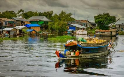 Boote und Hütten am Fluss