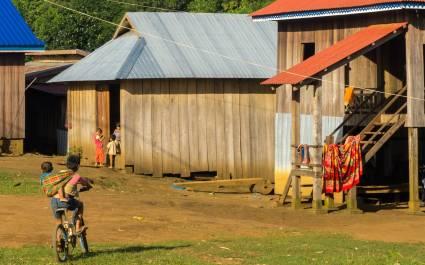 Kinder im Eingang eines Dorfhauses