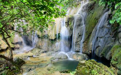 Kleiner Wasserfall auf Steinfelsen