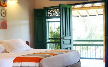 Zimmer mit Bett und Balkon in der Hacienda Bambusa, Kolumbien