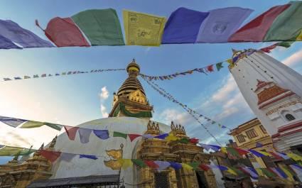 Bunte Fähnchen vor dem goldenen Stupa des Swayambhunath-Tempels in Kathmandu, Nepal