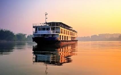 Außenansicht eines Kreuzfahrtschiffes der Assam Bengal Navigation auf dem Ganges, Indien