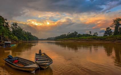 Zwei kleine Boote liegen am Ufer des Kinabatangan-Flusses in Malaysia