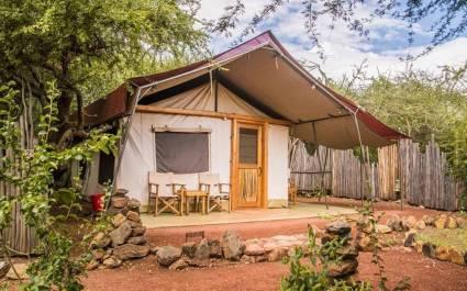 Außenansicht eines großen Zelt-Lodge des Isiotok Camps in Tansania, Afrika