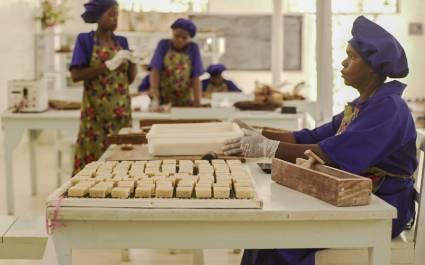Zuri Algenbauern bei der Herstellung von Hygieneartikeln
