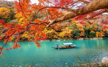 Japanischer Gondelfahrer im herbstlichen Kyoto