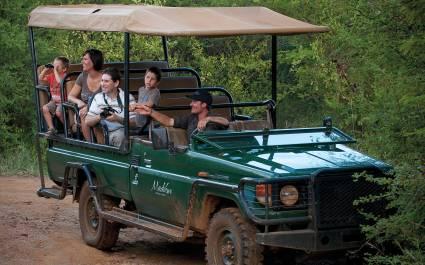 Touristen in einem Geländewagen auf Safari in Afrika