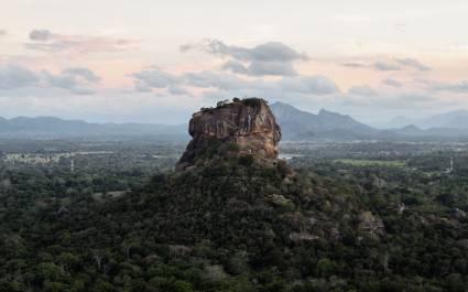 Die historische Felsenfestung Sigiriya ist von einer atemberaubenden Landschaft umgeben, Sri Lanka, Asien.