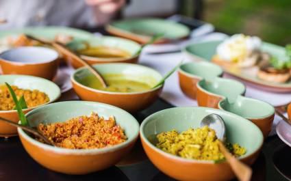 Kokosnusskäse und Curry zum Greifen nah am Tisch mit sri-lankischer Küche, Asien