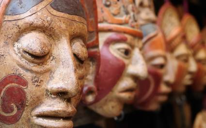 Handgefertigte Maya-Tonmasken auf einem Markt in Guatemala
