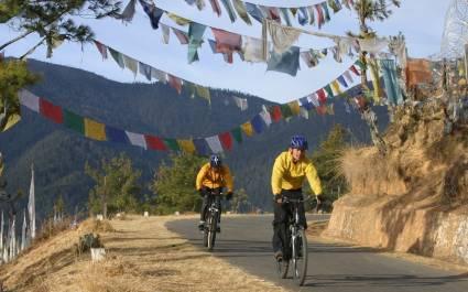 Zwei Radfahrer auf Bergstraße in Bhutan
