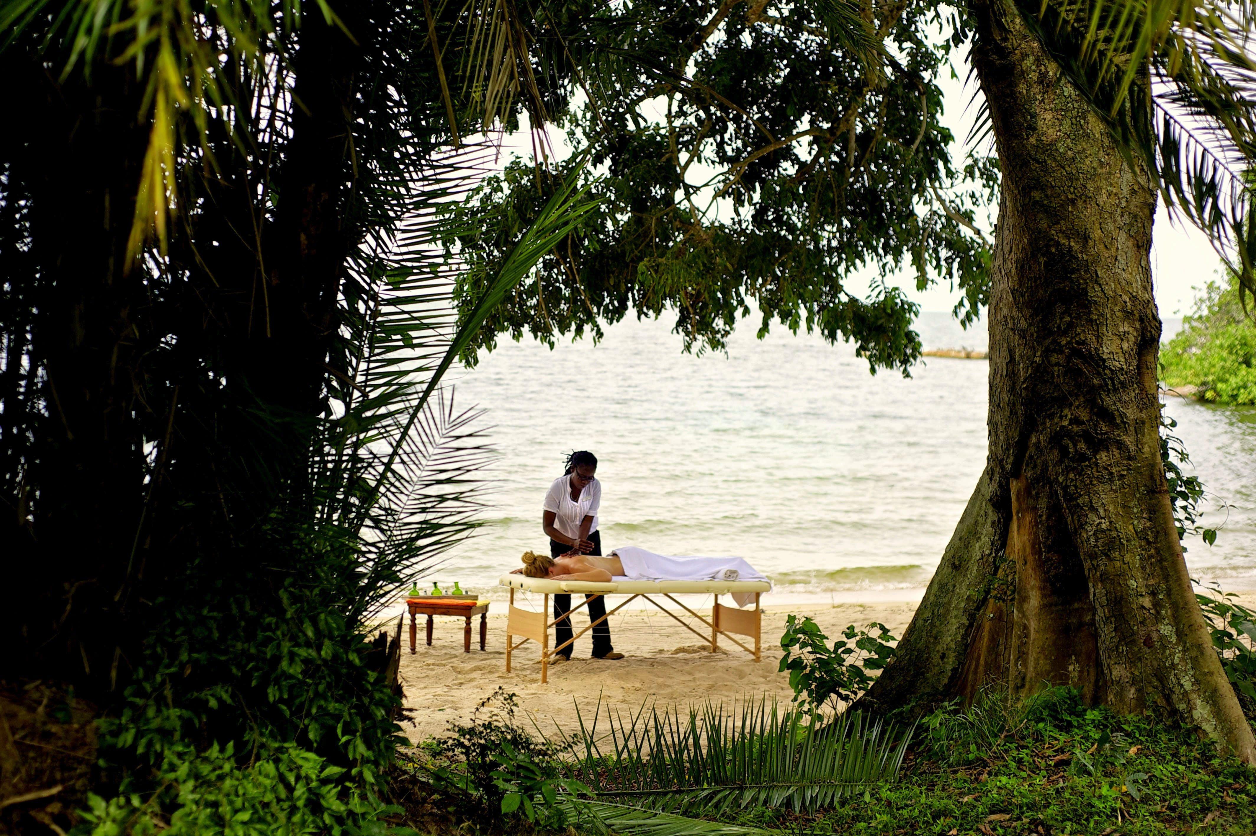 Massage am Strand, Tansania