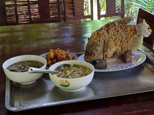 Fisch und andere Spezialitäten auf dem Tisch