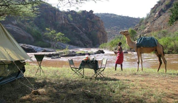 Samburu Junge mit Kamel