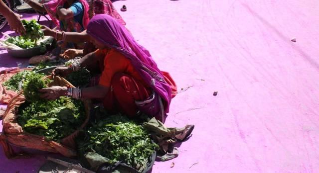 Steinboden ist noch gefärbt von der bunten Farbe des erst kurzurückligenden Holi Festival