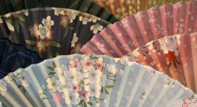 Japan Geheimtipps: Schöne handgemachte Fächer auf einem Markt